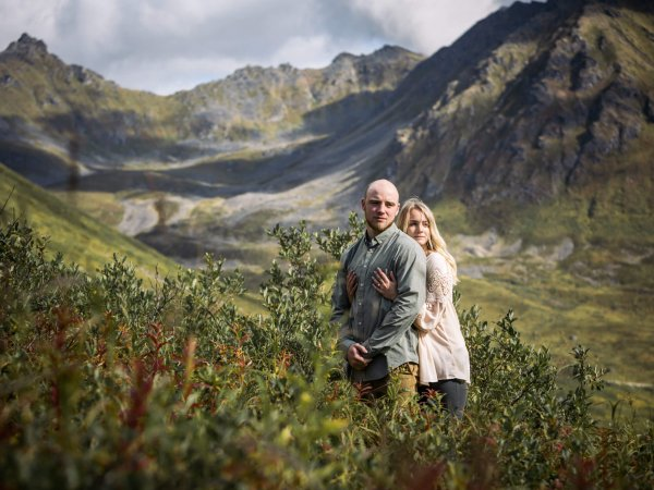 couples in love Sara and Wayde hatcher pass